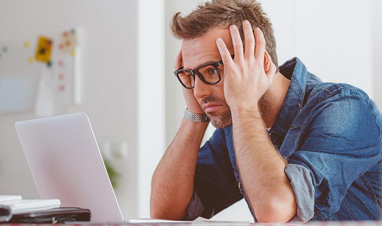 Besorgter Mann vor dem Computer